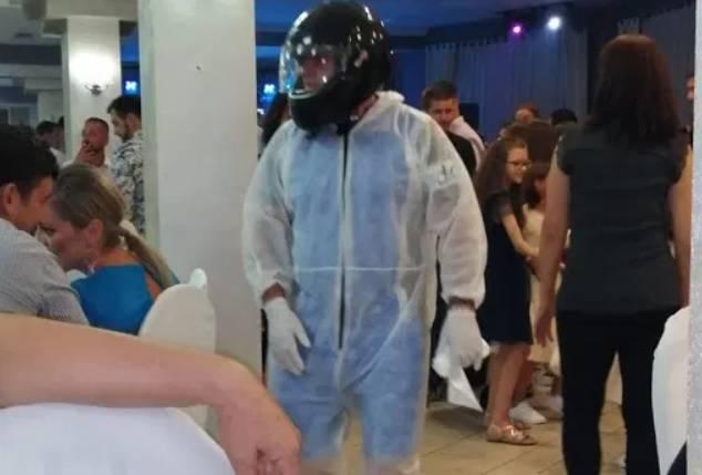 Neće mene korona! Na svadbi nosio zaštitno odijelo i kacigu