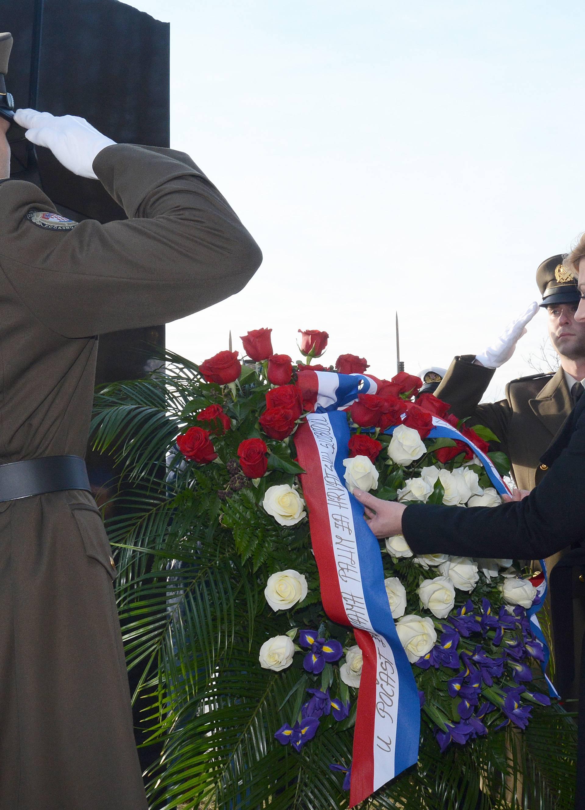 Baćin: Kolinda Grabar-Kitarović položila cvijeće na spomen obilježje poginulim mještanima