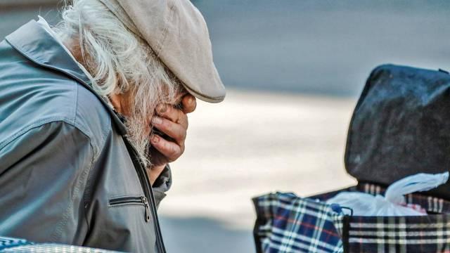 Zagreb: Star i teško pokretan čovjek sjeo na klupu i zaplako