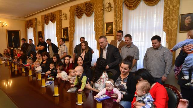 Grad Požega darivao najmlađe sugrađane sa 48.000 kuna