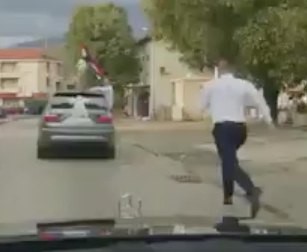 Svatovi zaboravili mladoženju, on neumorno trčao za autom...