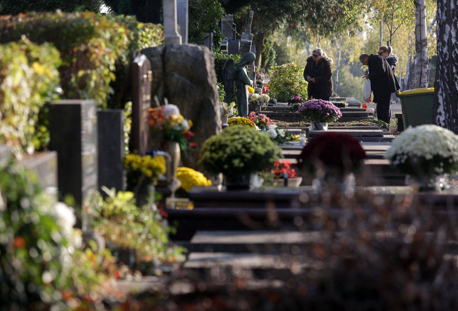 Građani obilaze zagrebačko groblje Mirogoj povodom blagdana Svih svetih