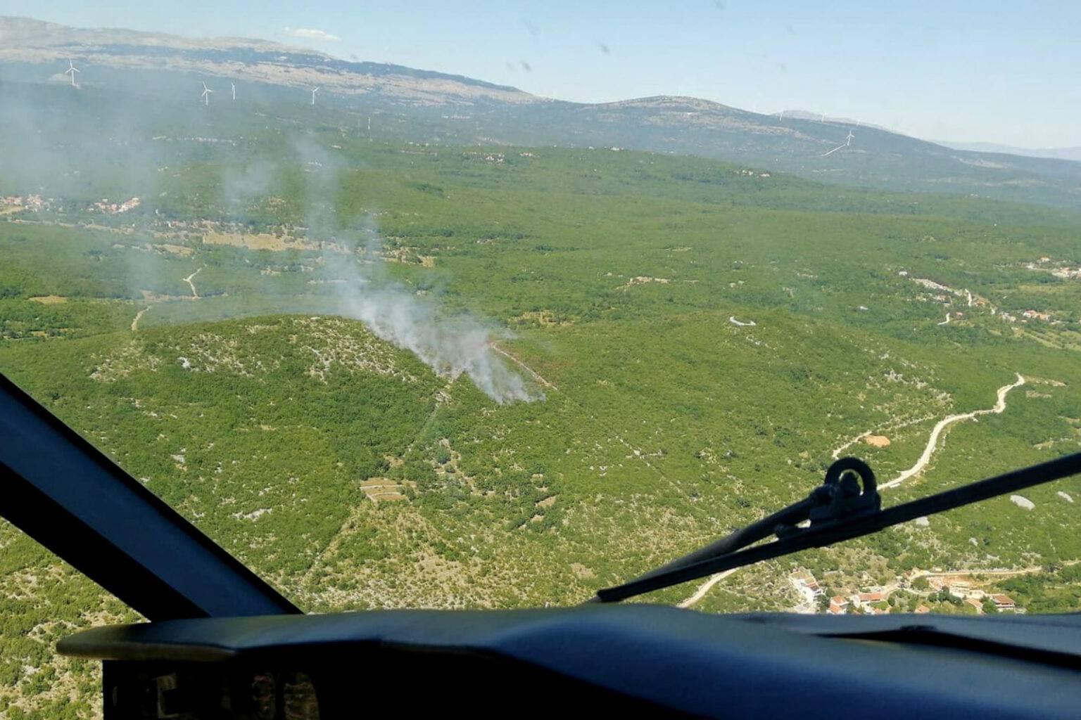 Požar kod Muća zaprijetio je i kućama, zaustavili širenje vatre
