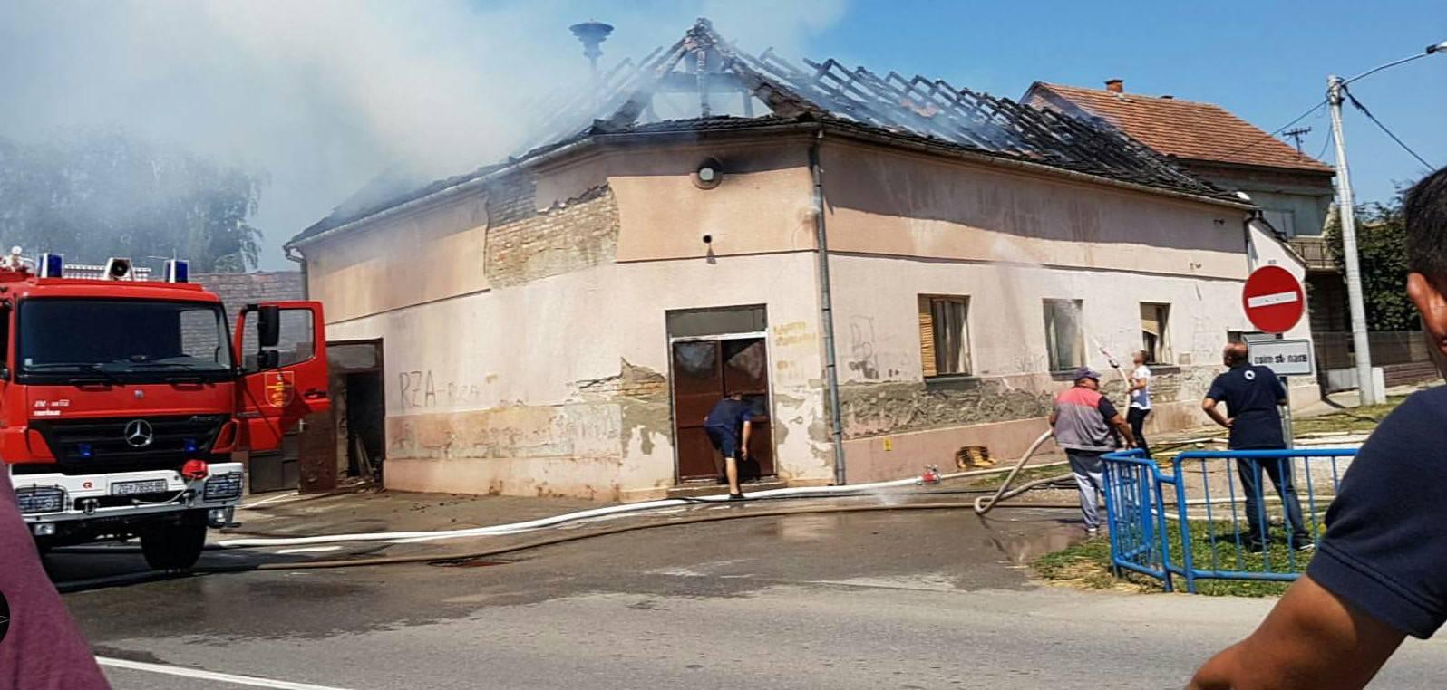 Gori vatrogasni dom, u gašenju vatrogascima pomažu mještani
