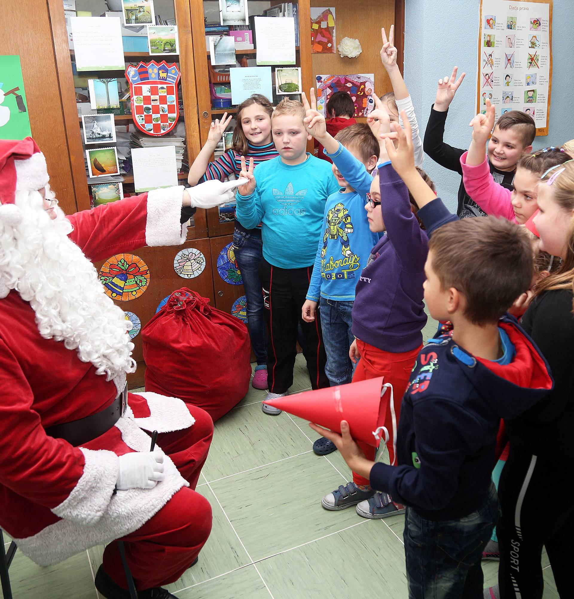 Djed Mraz darovima uveselio male Virovitičane