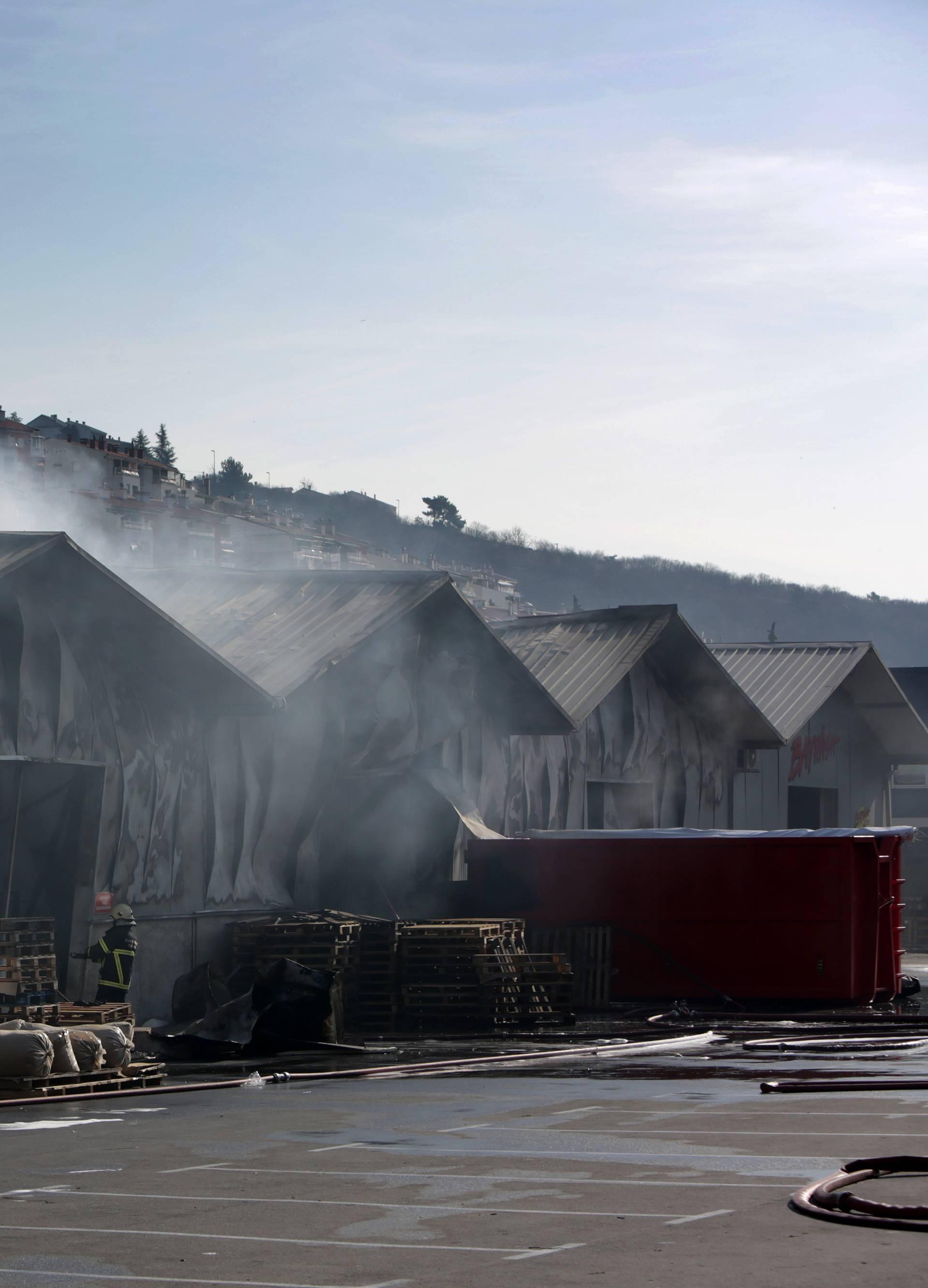 Pogledajte to zgarište u Rijeci: Još se dimi iz krova skladišta