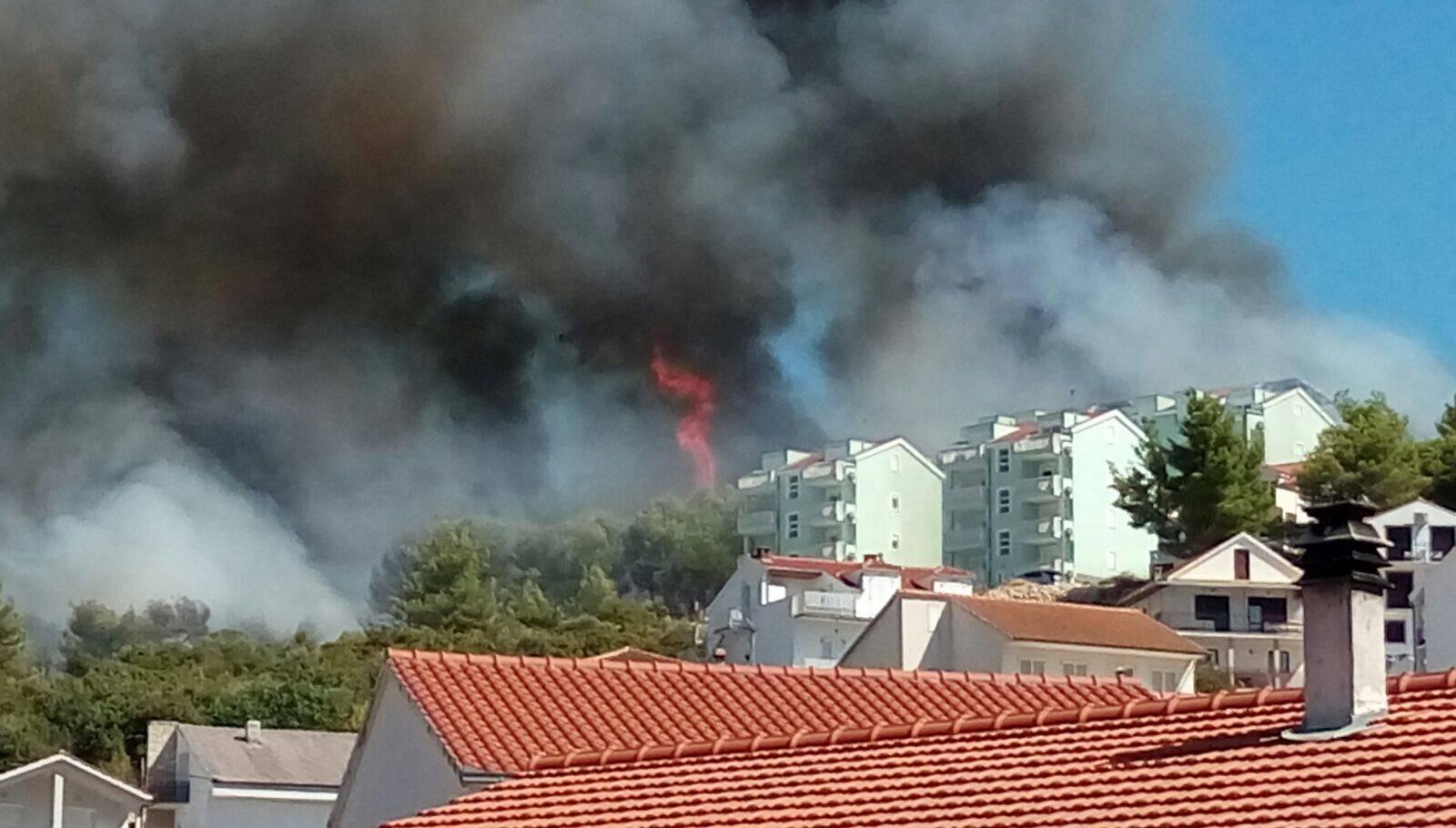 Obranili su ih: Požar na Čiovu je došao opasno blizu kuća!
