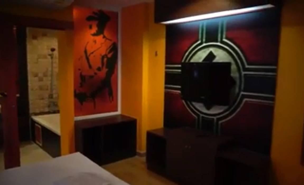 Dok se seksaš gleda te Führer: Sobu ukrasili slikama Hitlera...