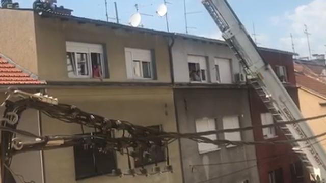 Čovjeku pozlilo dok je bio na krovu  pa ga spasili vatrogasci