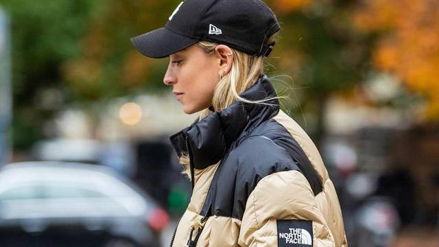 Urbani sportski look: Pernata jakna uz šiltericu i crne čizme