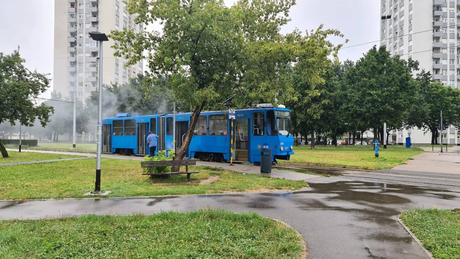Na Ferenščici se lagano dimio tramvaj, vozač je ugasio požar