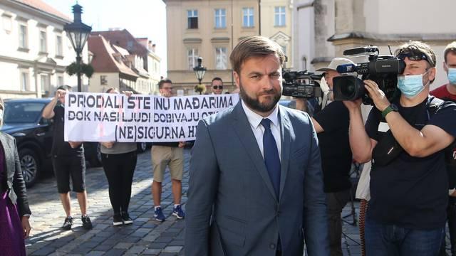 Zagreb: Članovi Foruma mladih SDP-a prosvjedovali ispred Banskih dvora