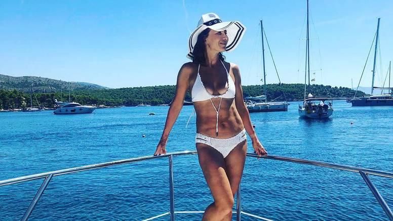 Ecija 'počastila' fanove fotkom u badiću: Oprostila se od ljeta