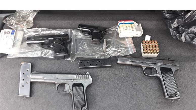 Mladić (24) u stanu skrivao strojnice, bombe, pištolj i travu