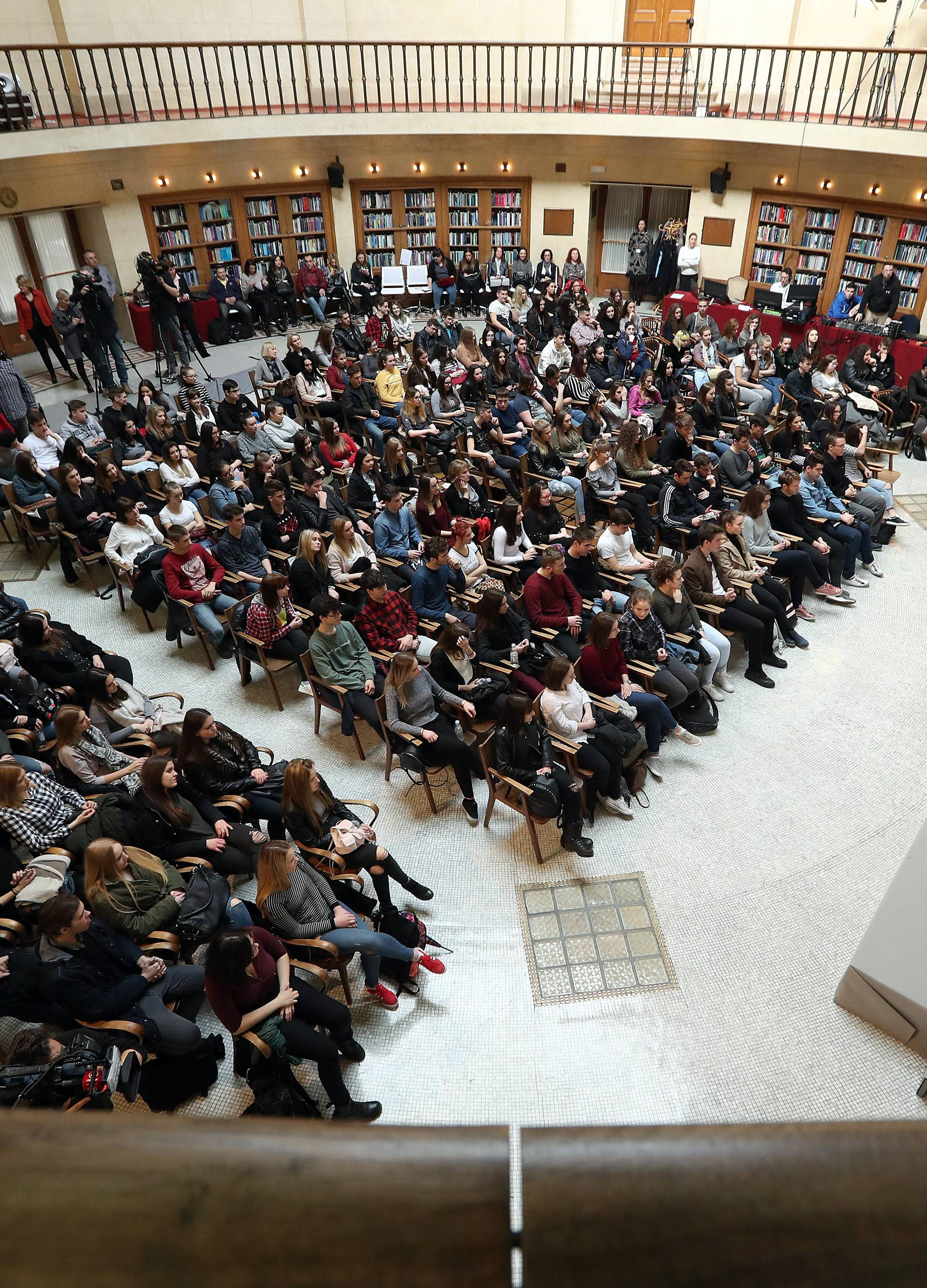 Debata u HNB-u: Srednjoškolci raspravljali o uvođenju Eura