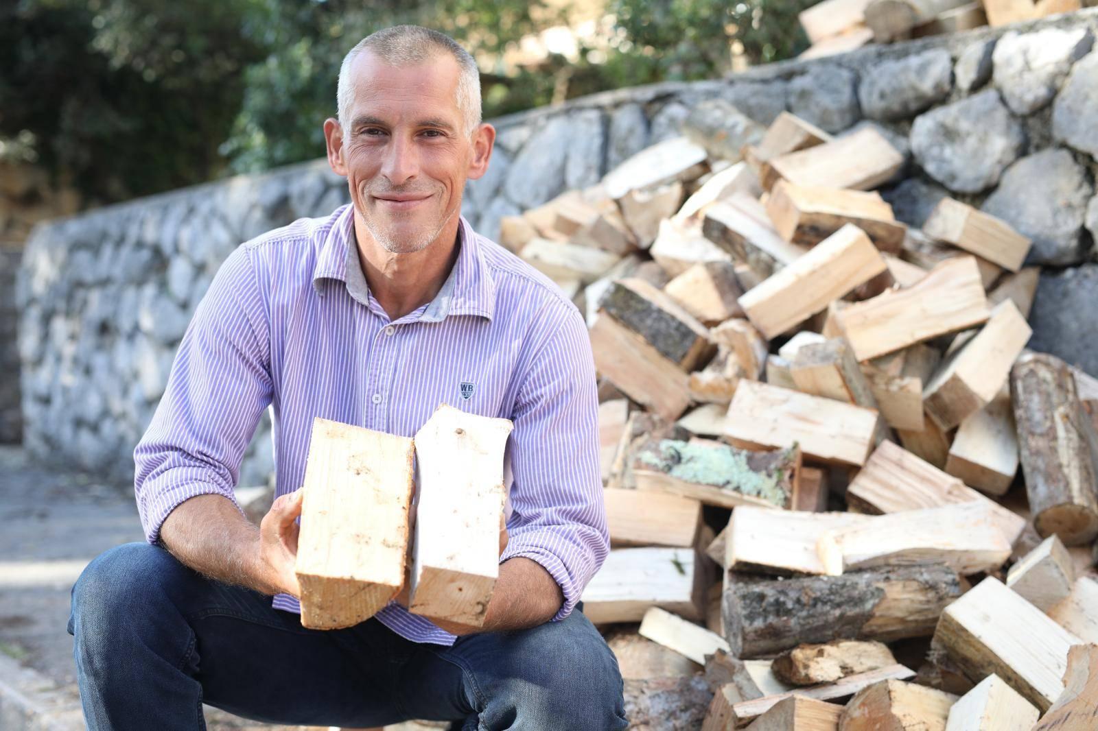 Samohranoj majci darovao drva za zimu: 'Dječji osmijeh je sve'