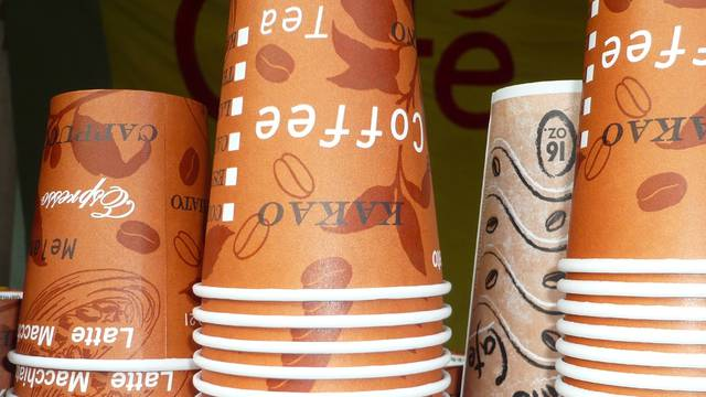 Papirnate čaše za kavu ili čaj otpuštaju mikroplastiku u njih