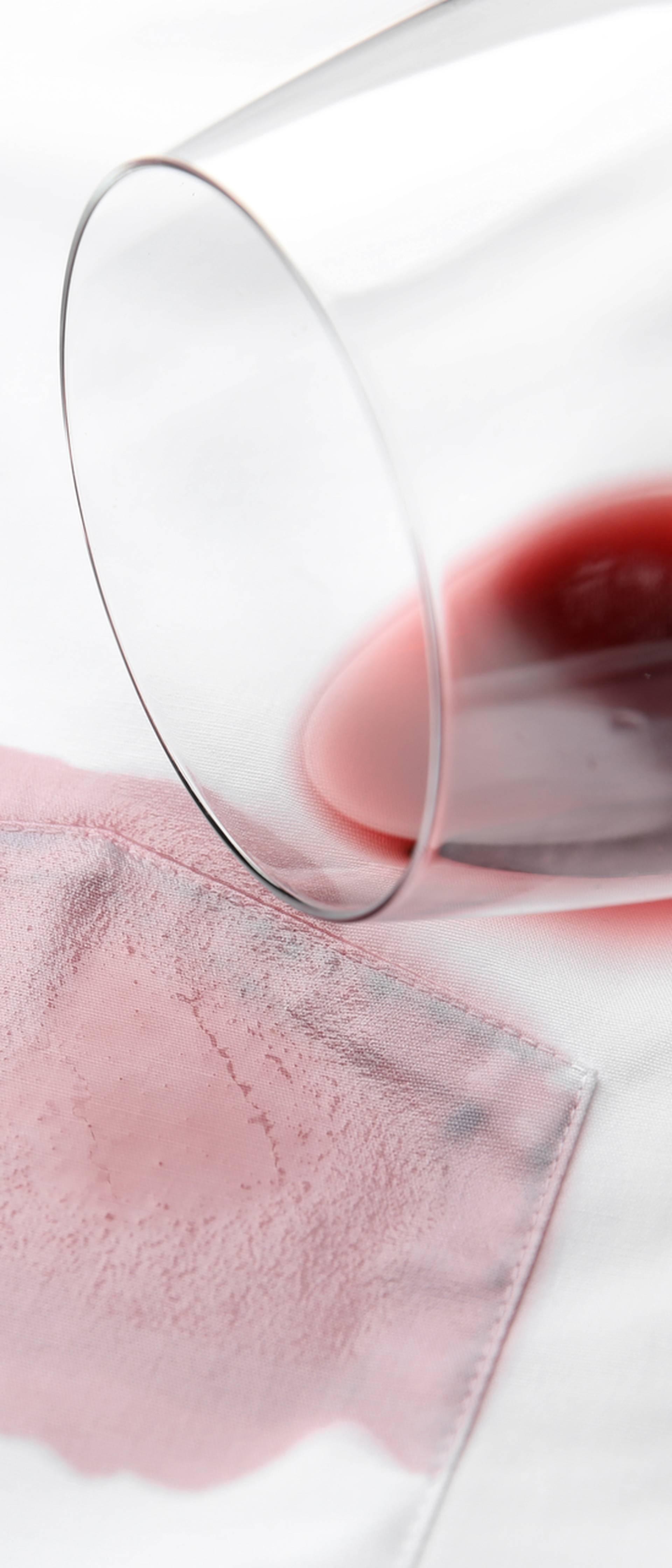 Super trik kako ukloniti mrlju od crnog vina sa svih tkanina