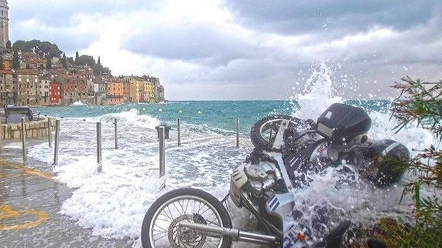 Video nevremena u Istri: More na rivi u Rovinju nosilo motore