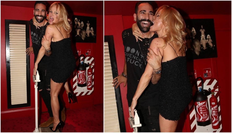 Dok je dečko Adil drži za ruku, Pamela uživa grickajući ga...