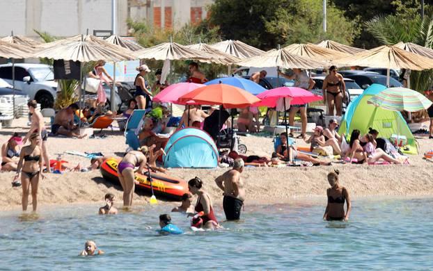 Brodarička plaža Rezalište puna je gostiju i to sa svih strana