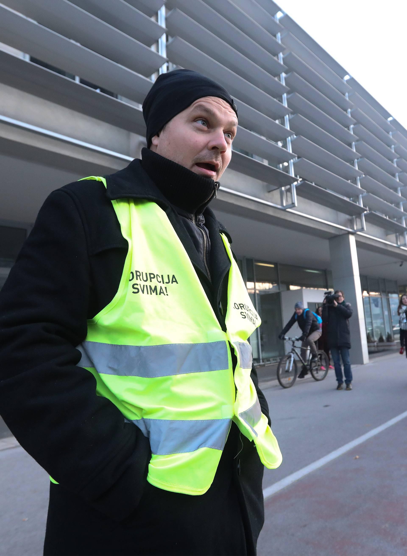 Zagreb: Dario Juričan ispred Holdinga pozdravljao zaposlenike i obratio se medijima