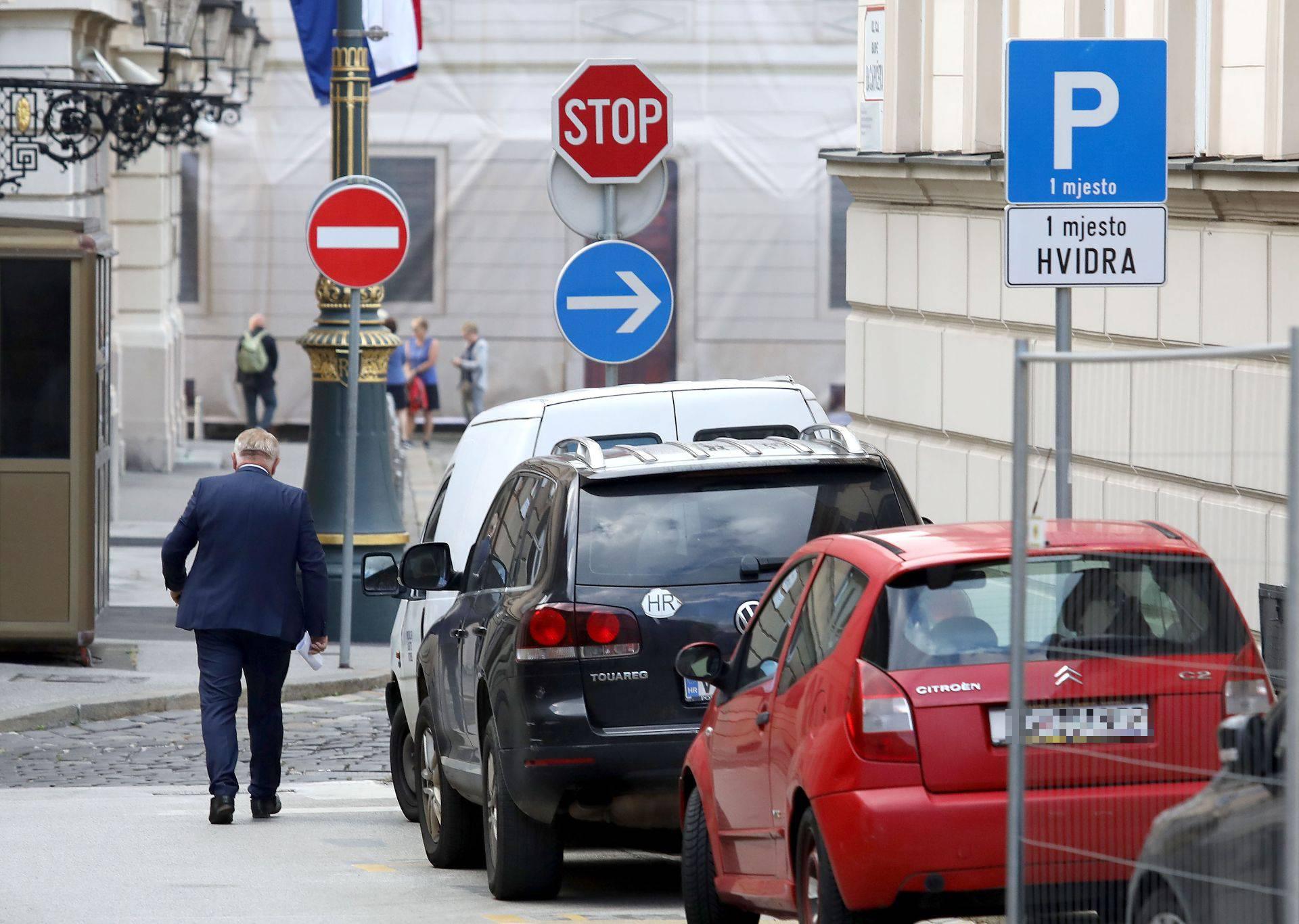 Dok ostali zastupnici plaćaju parking, Đakić parkira 'mukte'
