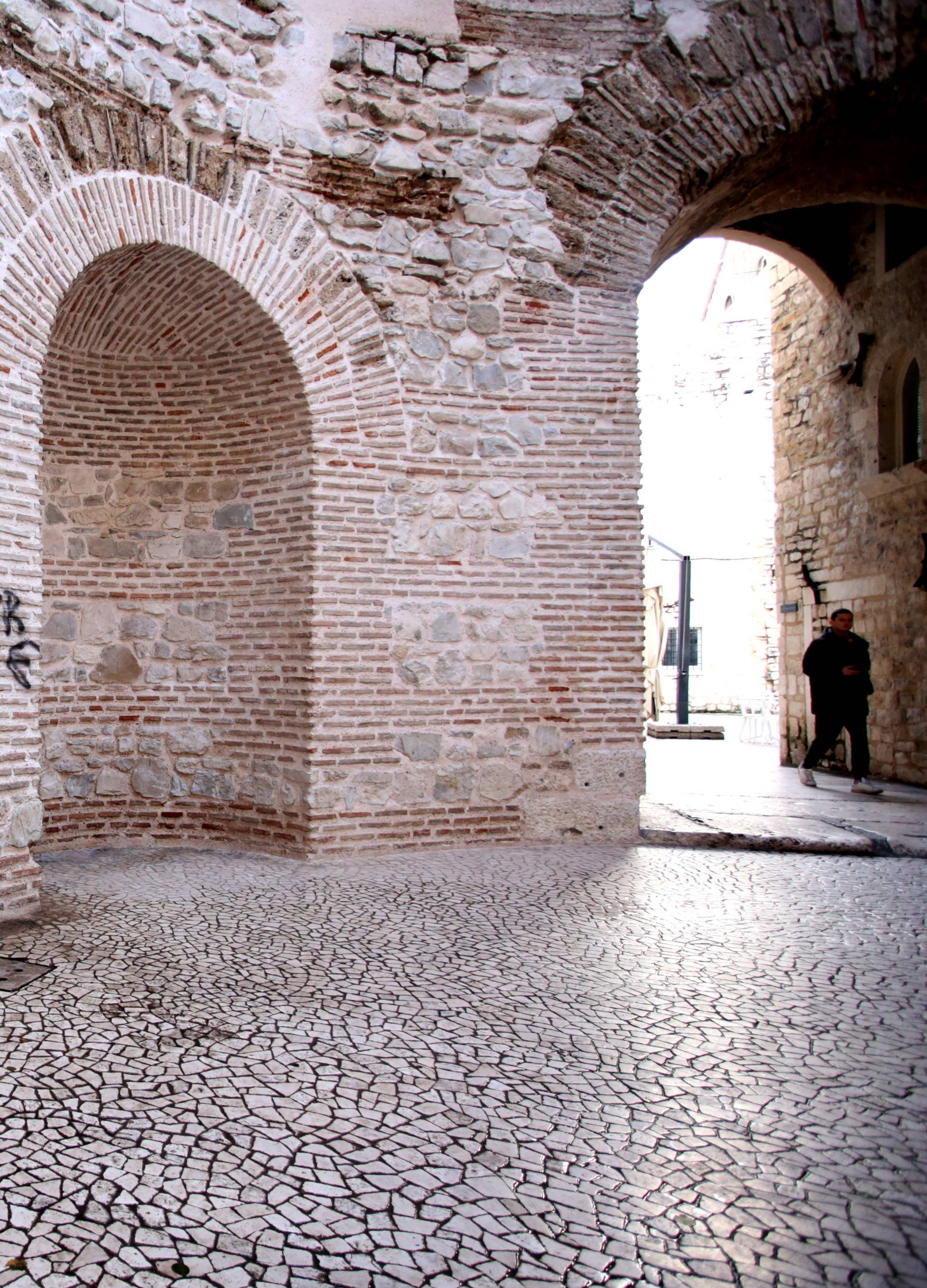 Split: Vandali grafitima uništili dio Dioklecijanove palače