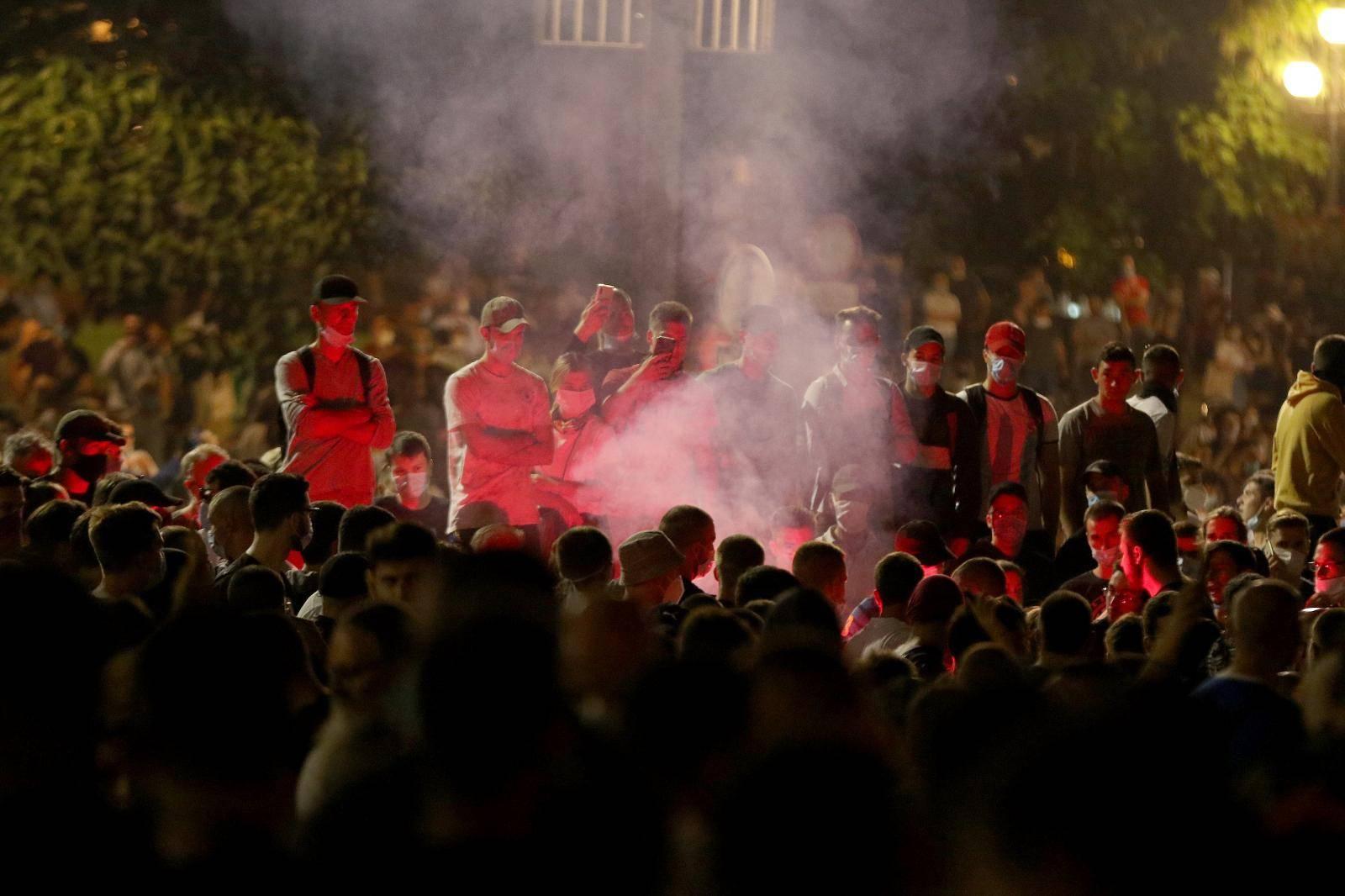 U Beogradu bez većih nereda: Otjerali huligane s bakljama, novinaru su raskrvarili glavu