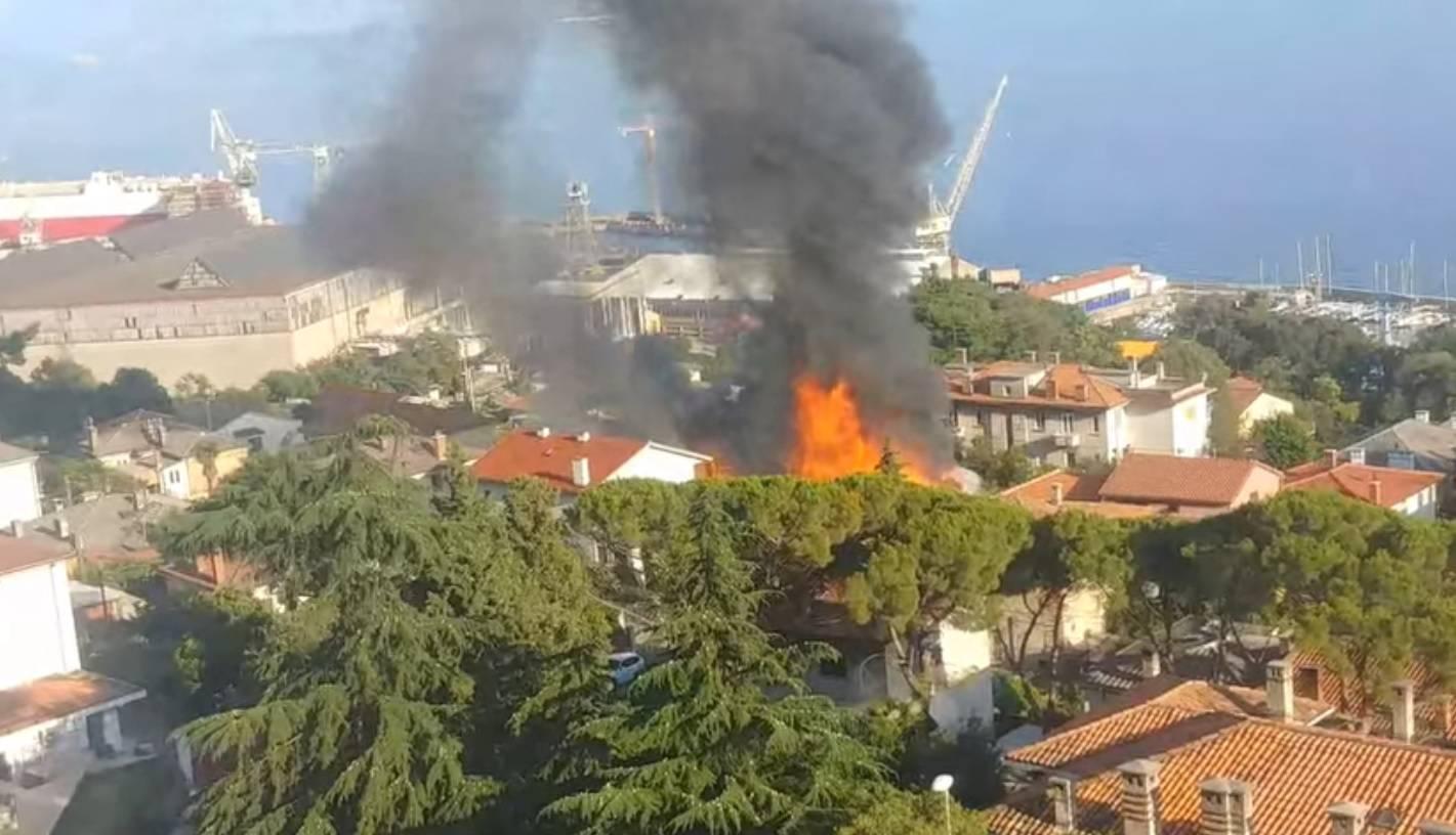 Izgorjela je baraka '3. maja' na Kantridi, spasili susjedne kuće