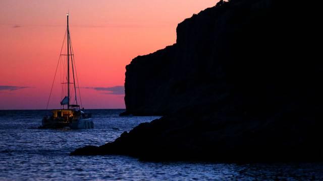 Usidreni brod u uvali Tatinja na Šolti
