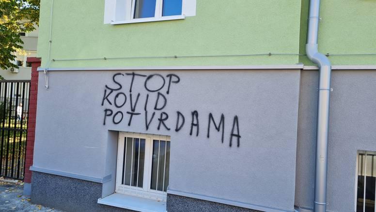 Vandali išarali zgradu brodske bolnice: 'Stop covid potvrdama'