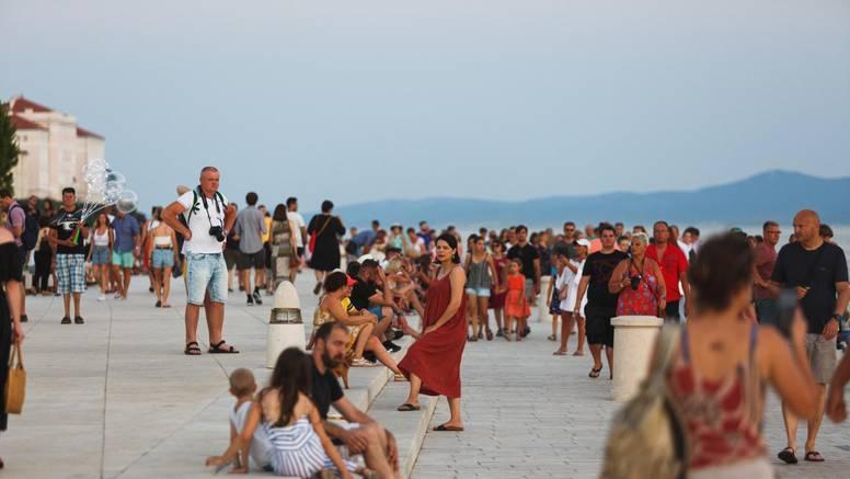 Više od pola milijuna turista brčka se na našoj obali