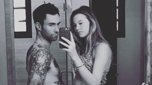 Tko je 'trudniji': Adam Levine objavio 'fotku' sa suprugom