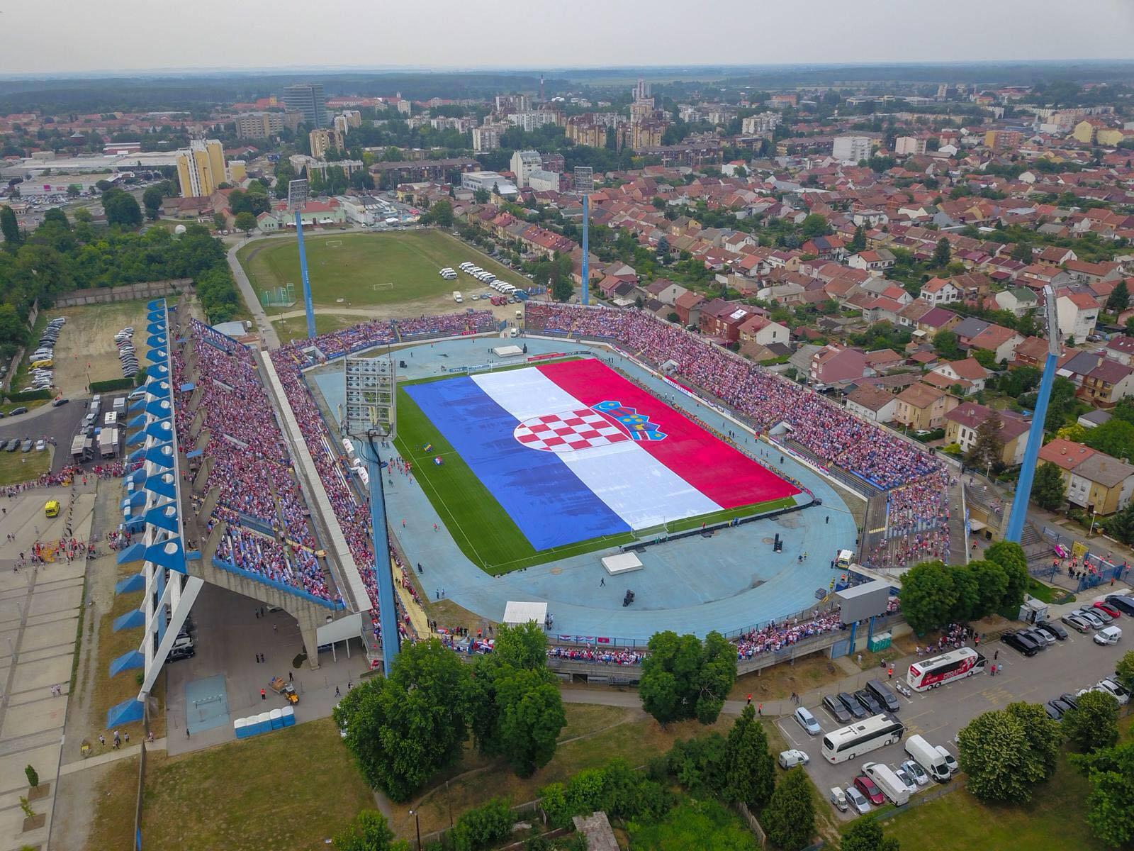 Osijek živi 'vatrene': Osvanula zastava preko cijelog igrališta!