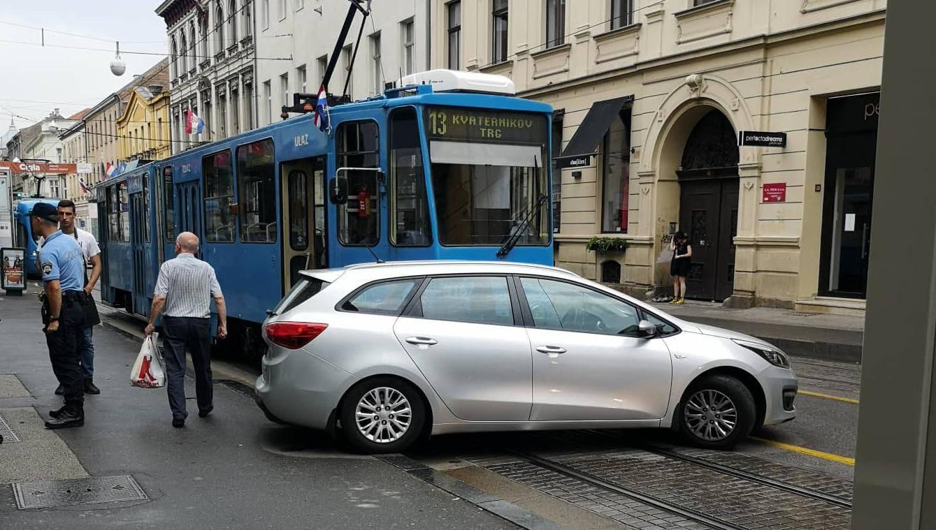 Nema ozlijeđenih: U Zagrebu tramvaj naletio na automobil
