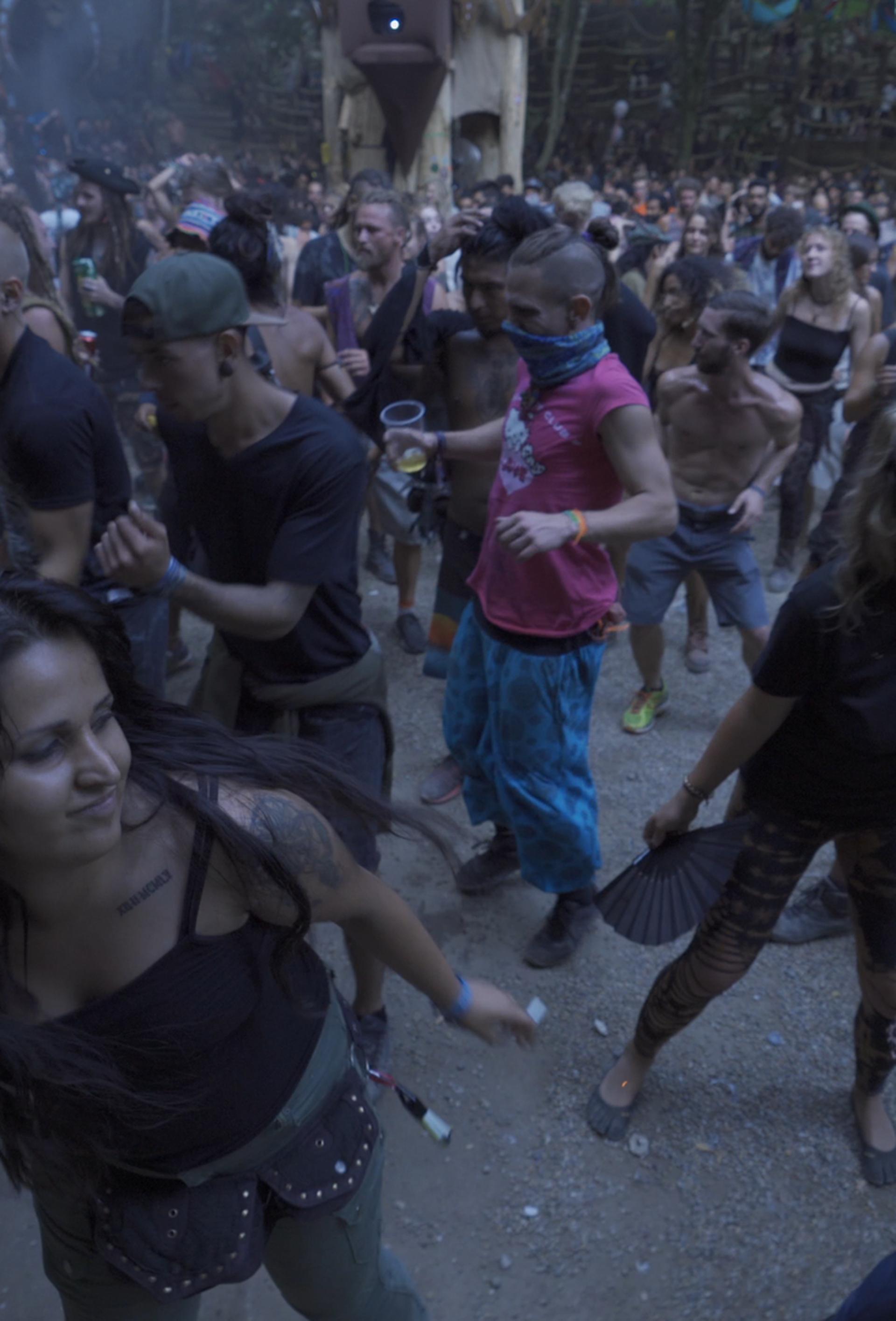 Svećenik na 'trance' festivalu: 'Treba doći među ovu mladost'