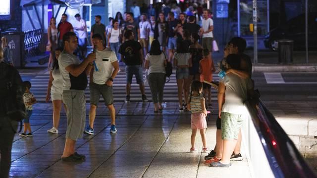 Turisti u šetnji Zadrom noću