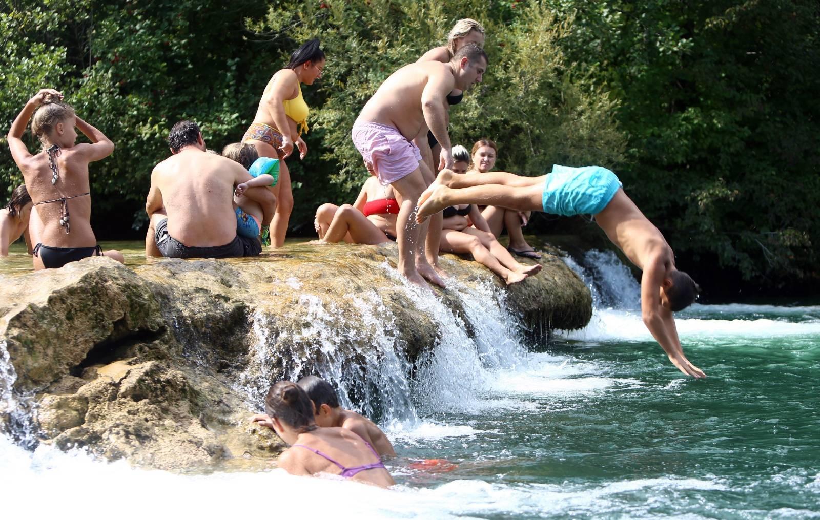 Duga Resa: Brojni građani nedjeljno poslijepodne iskoristili na rijeci Mrežnici