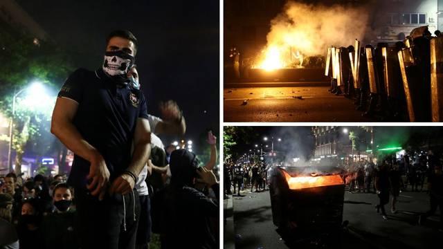'Ovo je za ćaleta': Palež, baklje, suzavac i kamenje u Beogradu