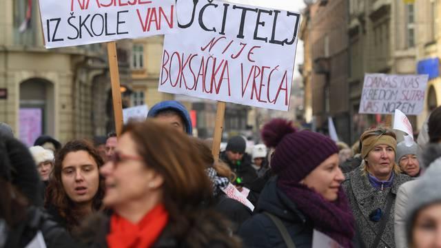 """Zagreb: Održana prosvjedna povorka """"Za sigurne škole"""" od HNK do Trgba bana Jelačića"""