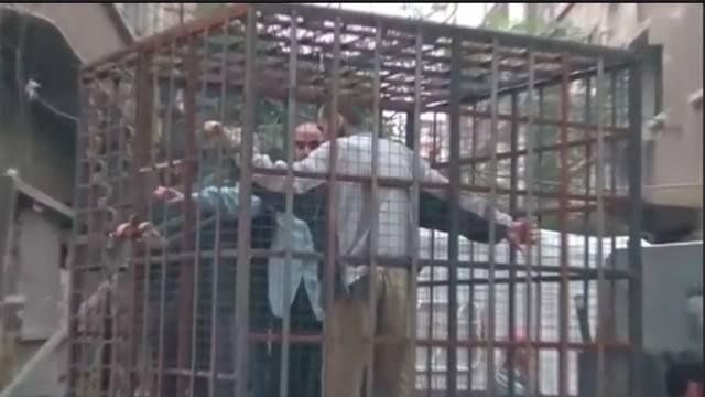 Pobunjenici su zatvorili ljude u kaveze i koriste ih kao živi štit