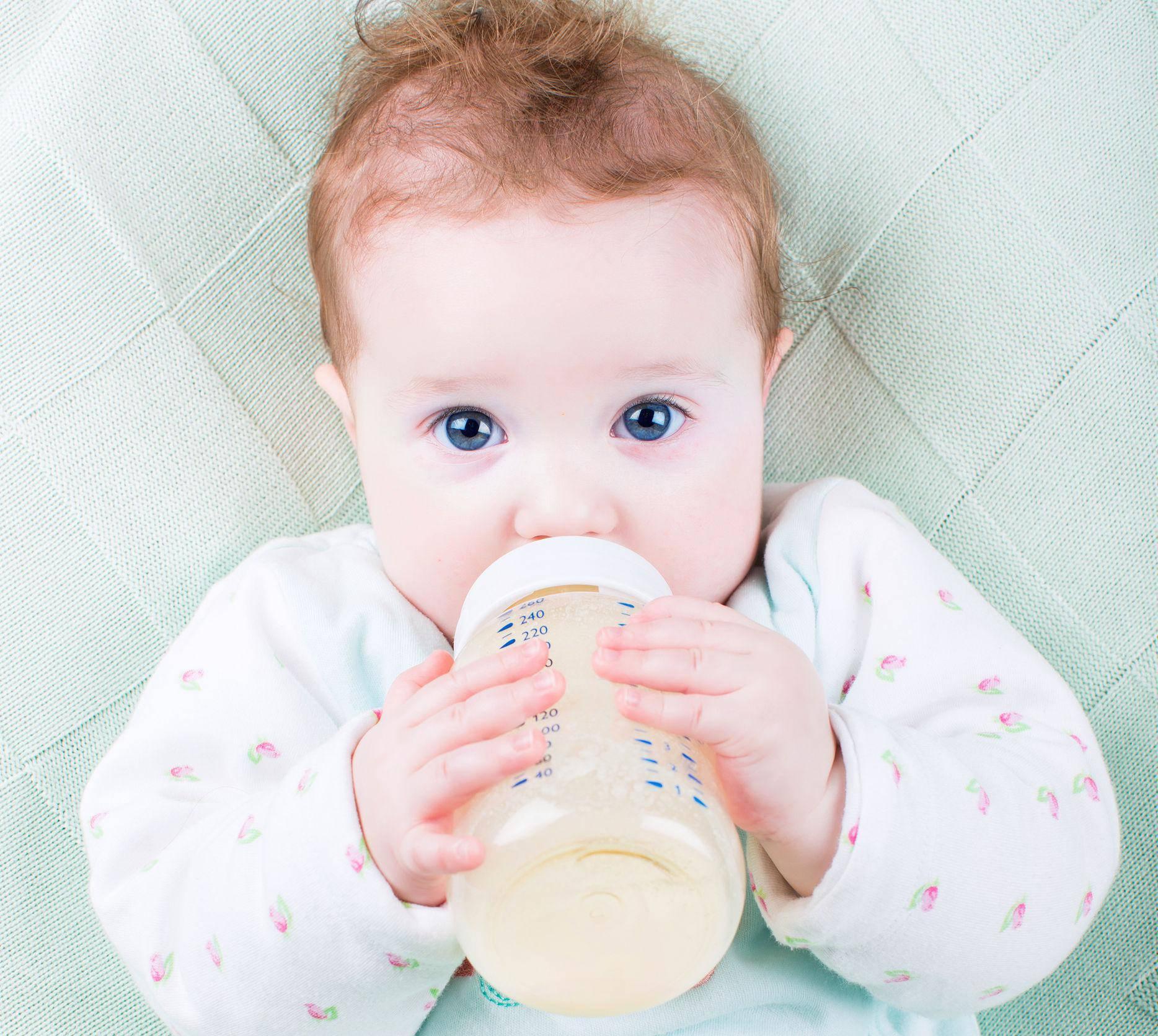 Djeci do šestog mjeseca uopće ne treba nuditi vodu ni napitke