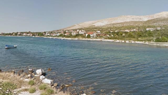 Djevojčicu napao i ugrizao pas u moru na plaži blizu Šibenika