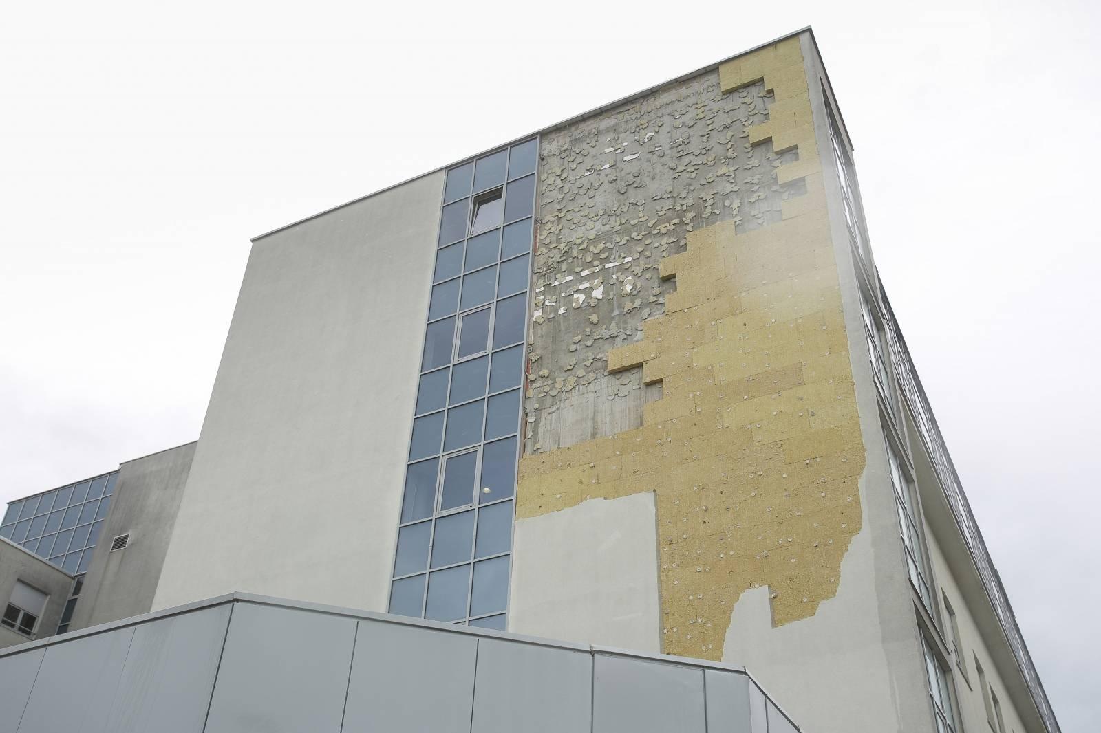 Zagreb: Udari olujnog vjetra noćas su odlomili ploče na fasadi zgrade KBC Zagreb - Rebro