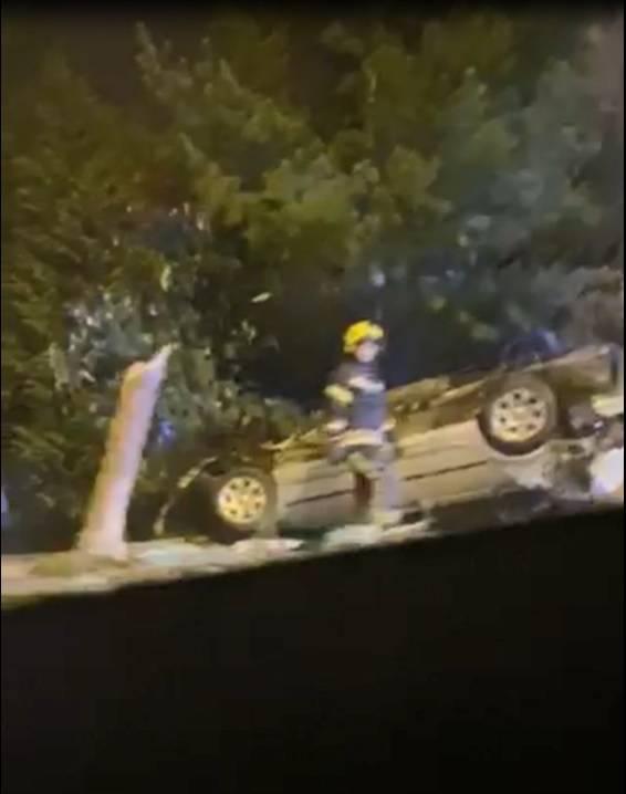 Pijan u BMW-u sletio s ceste, polomio stablo i ostao na krovu