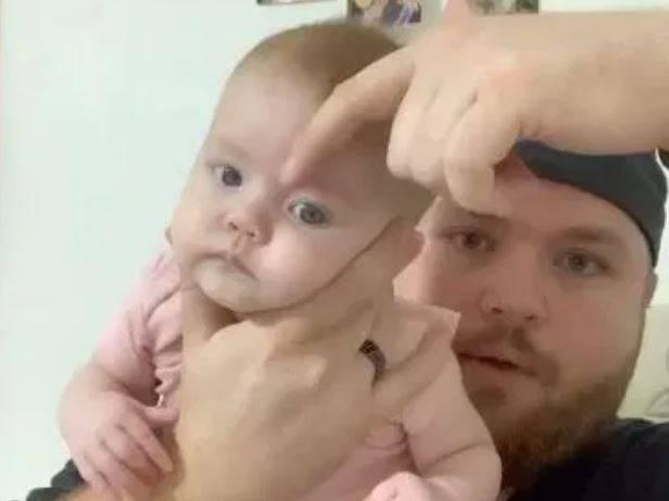 Umorni tata pokazao genijalan trik kako bebu uspavati u trenu