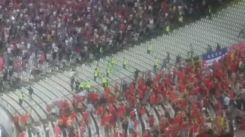Neredi u Beogradu: Srbi napali Velšane i poskidali im zastave
