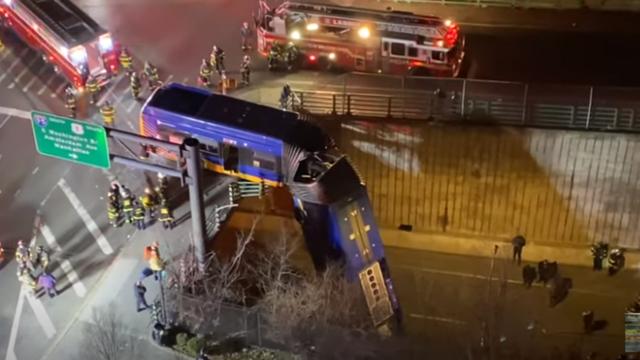VIDEO Ovo nije film! Bus visio s nadvožnjaka, sedam ozlijeđenih