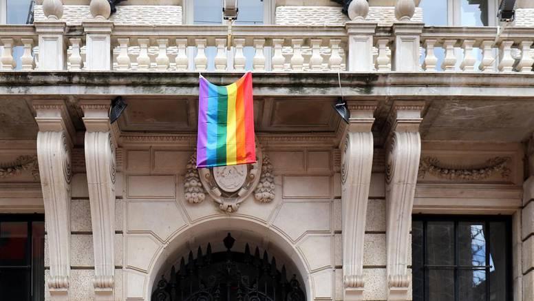 Na pročelju zgrade Grada Rijeke izvjesili su zastavu duginih boja
